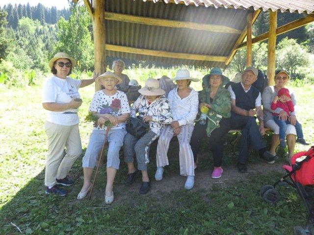 Для алматинских пенсионеров устроили поход в горное ущелье и провели арт-терапию, фото-3