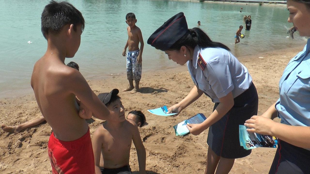 Полицейские учат алматинцев поведению на пляже озера Сайран (фото), фото-4
