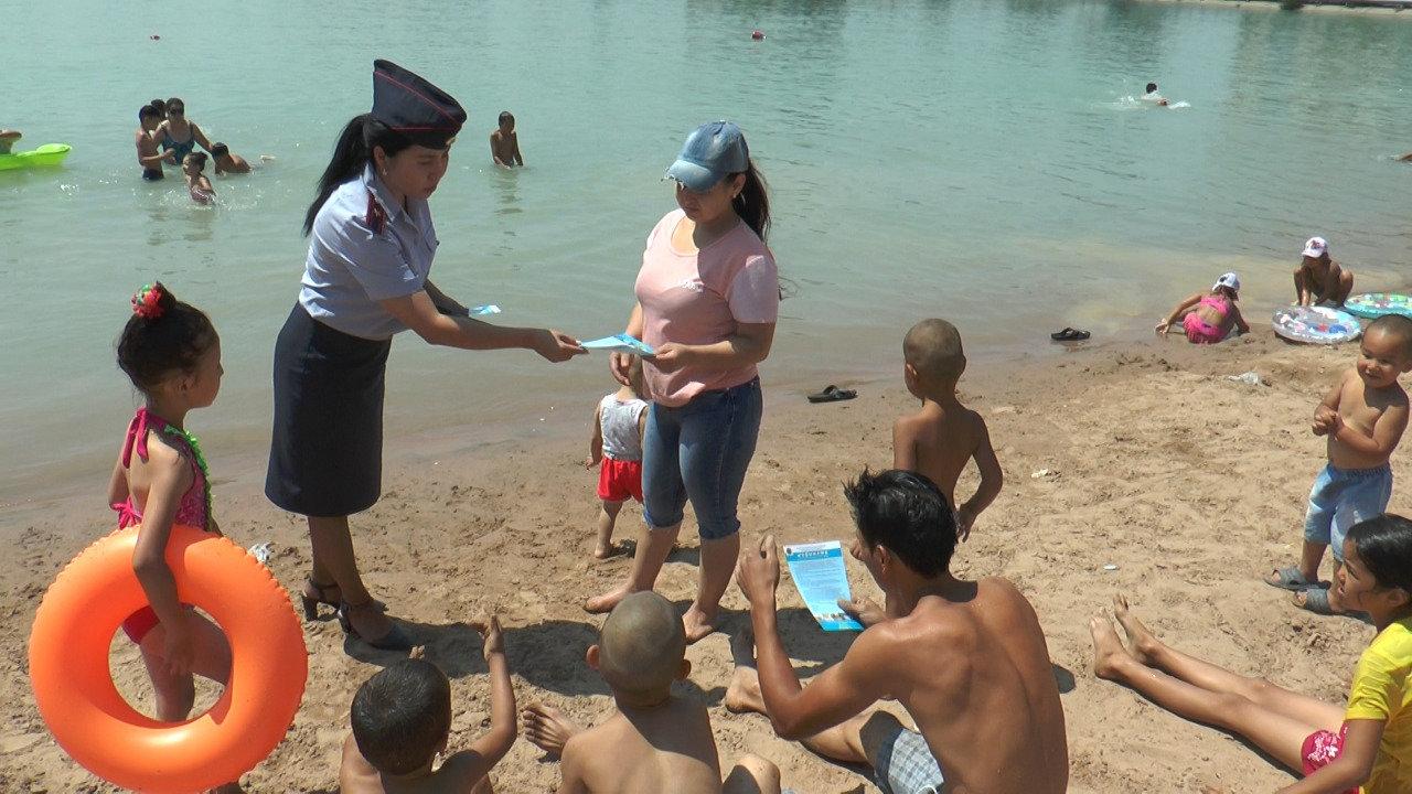 Полицейские учат алматинцев поведению на пляже озера Сайран (фото), фото-6