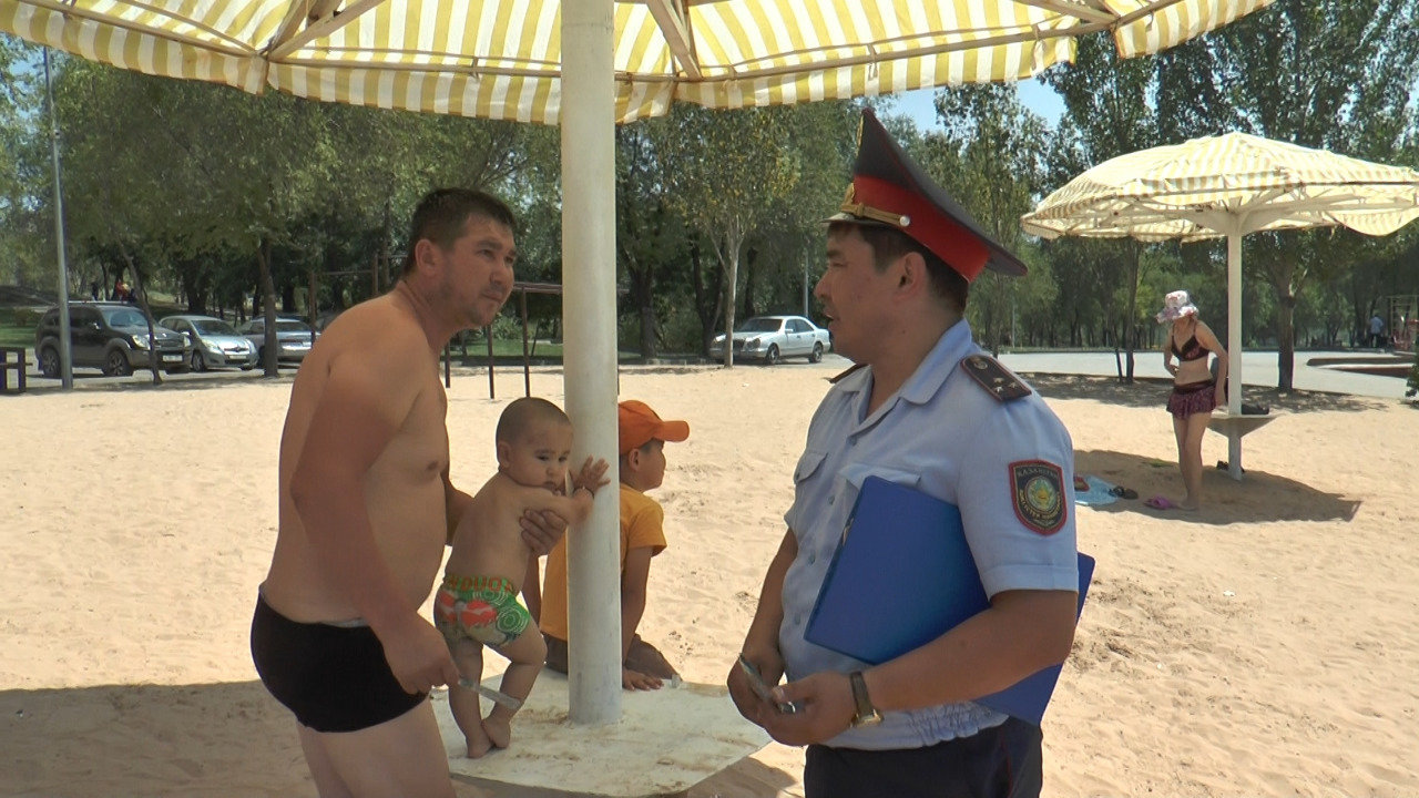 Полицейские учат алматинцев поведению на пляже озера Сайран (фото), фото-8