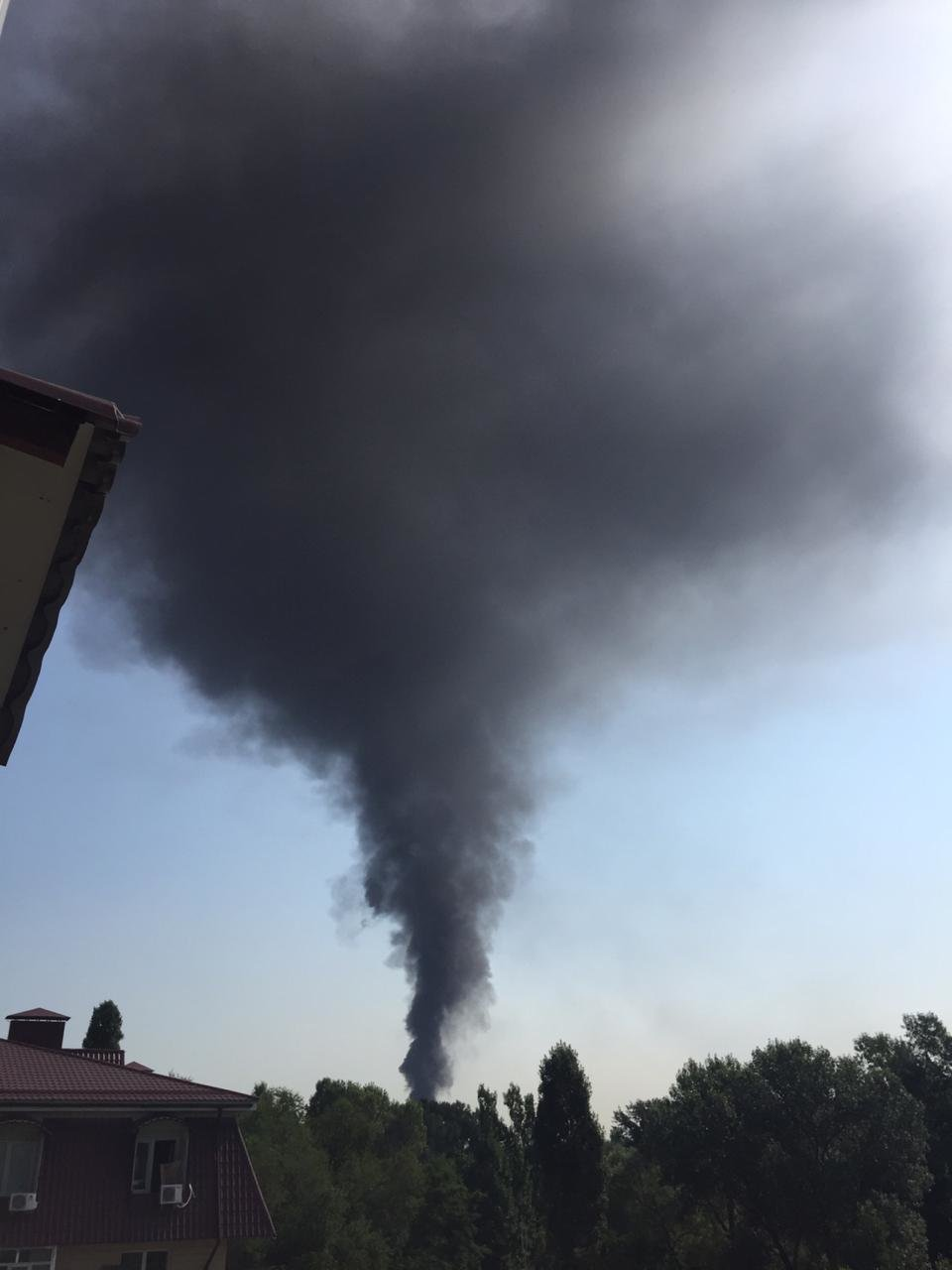 Складское помещение горит в Алматы (видео), фото-1
