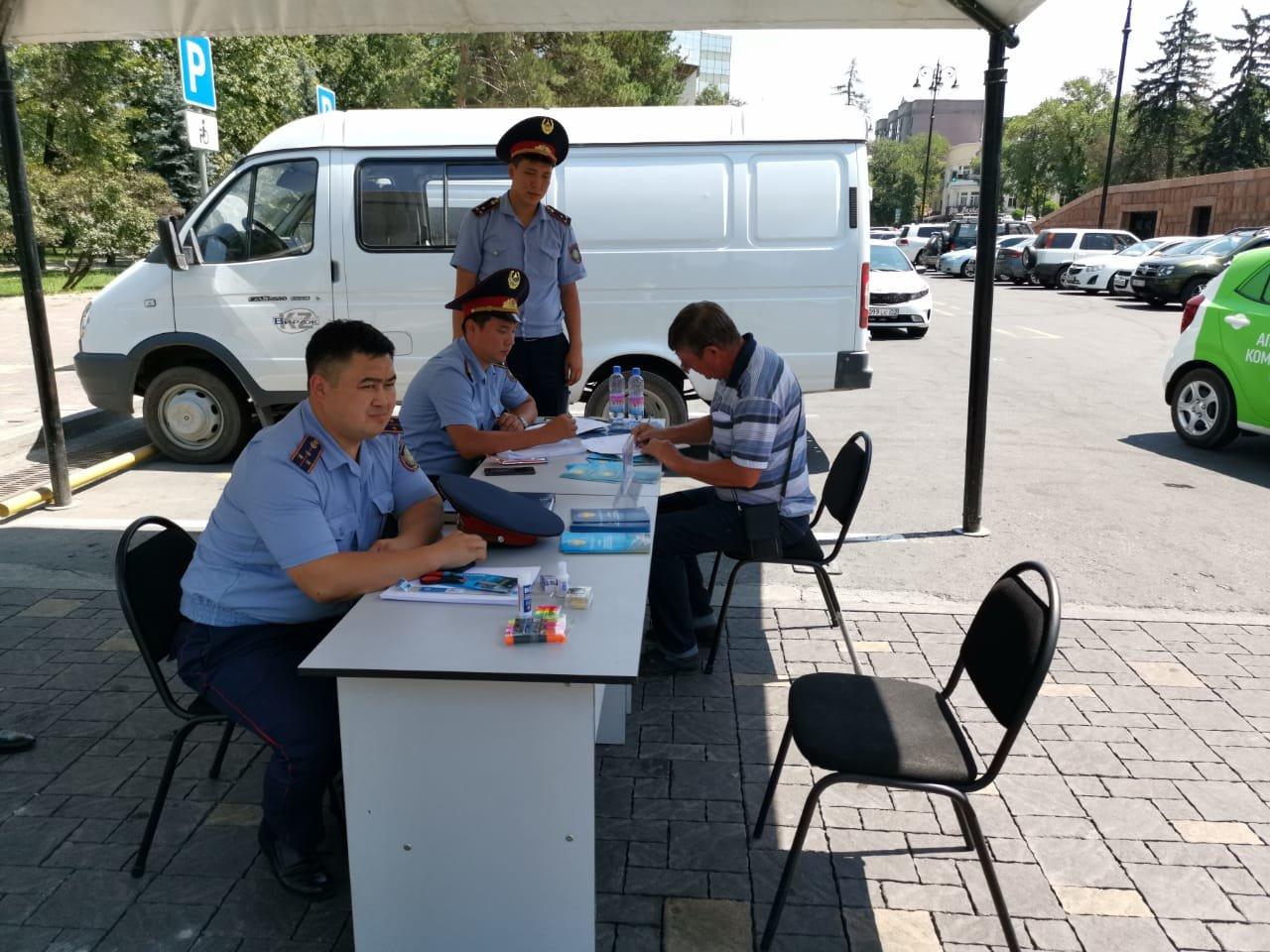 Три приёмные на дороге и 14 во дворах развернули полицейские Алматы (фото), фото-3