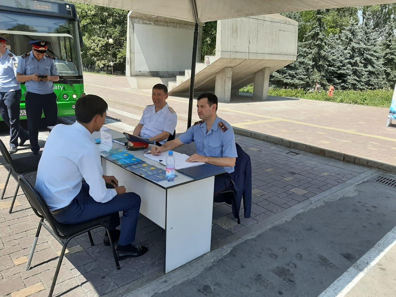 Три приёмные на дороге и 14 во дворах развернули полицейские Алматы (фото), фото-4