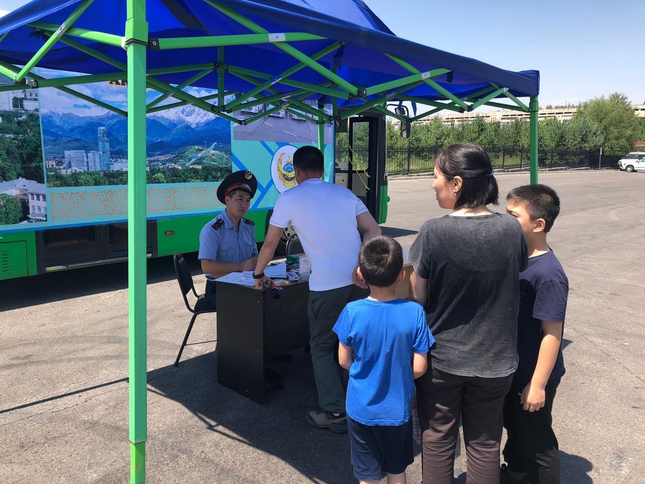 Три приёмные на дороге и 14 во дворах развернули полицейские Алматы (фото), фото-5