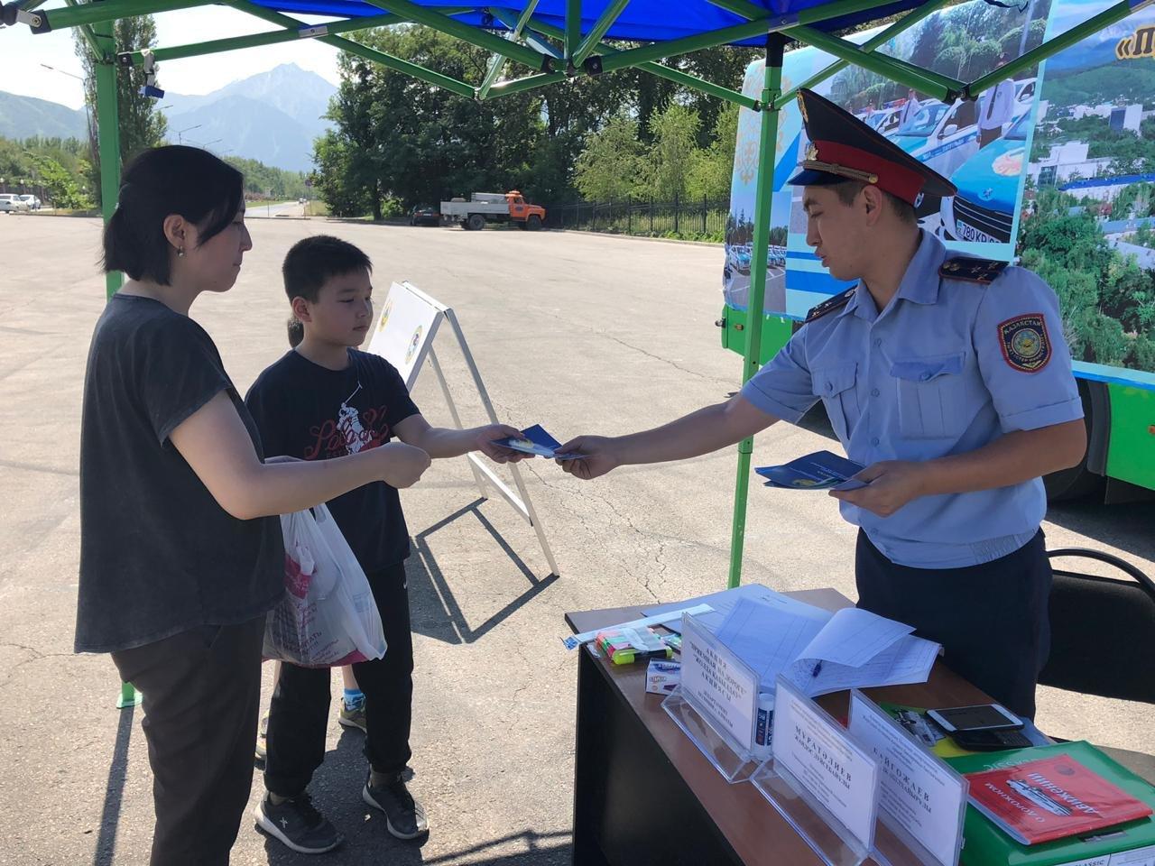 Три приёмные на дороге и 14 во дворах развернули полицейские Алматы (фото), фото-6