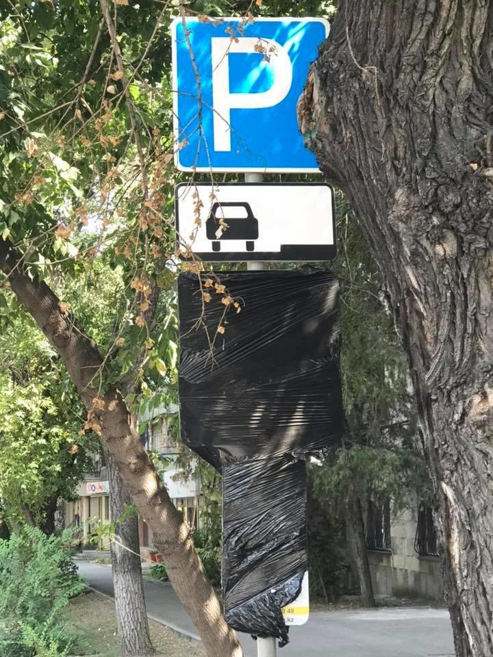 В центре Алматы заклеили знак платной парковки и взимают наличную оплату, фото-1