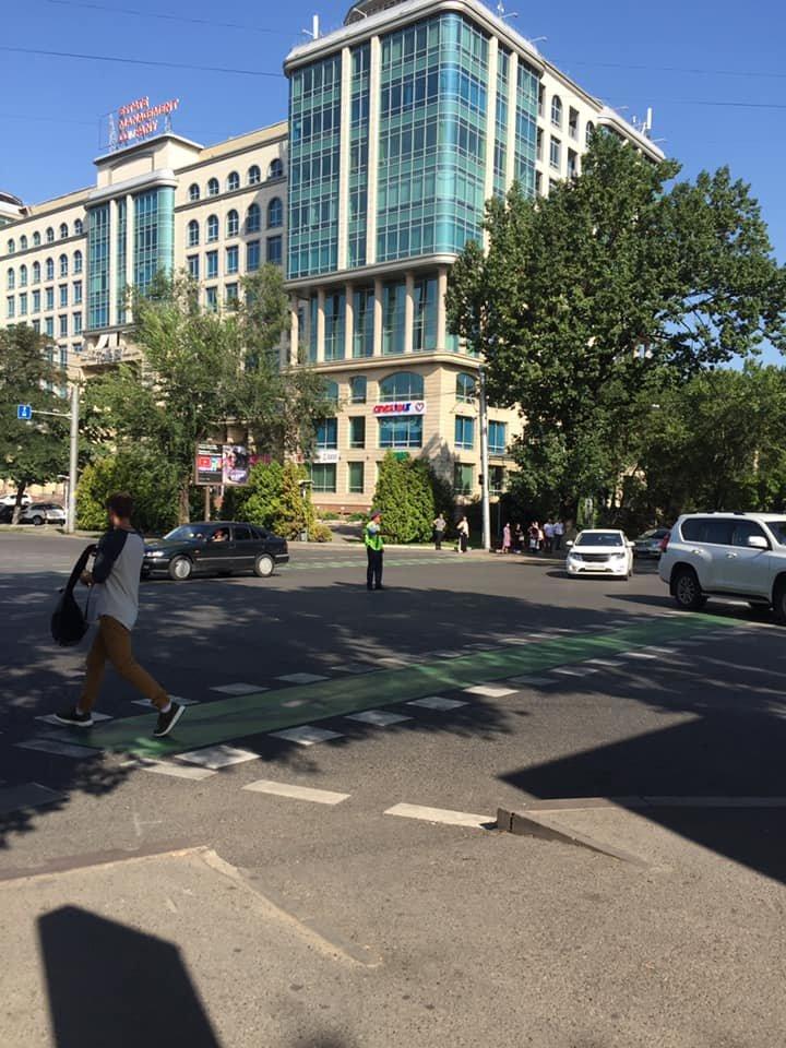 На Толе Би - Байтурсынова водитель снес светофорную стойку, фото-1