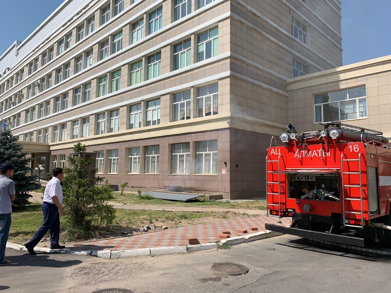 Подвал химфакультета КазНУ загорелся в Алматы (фото), фото-1