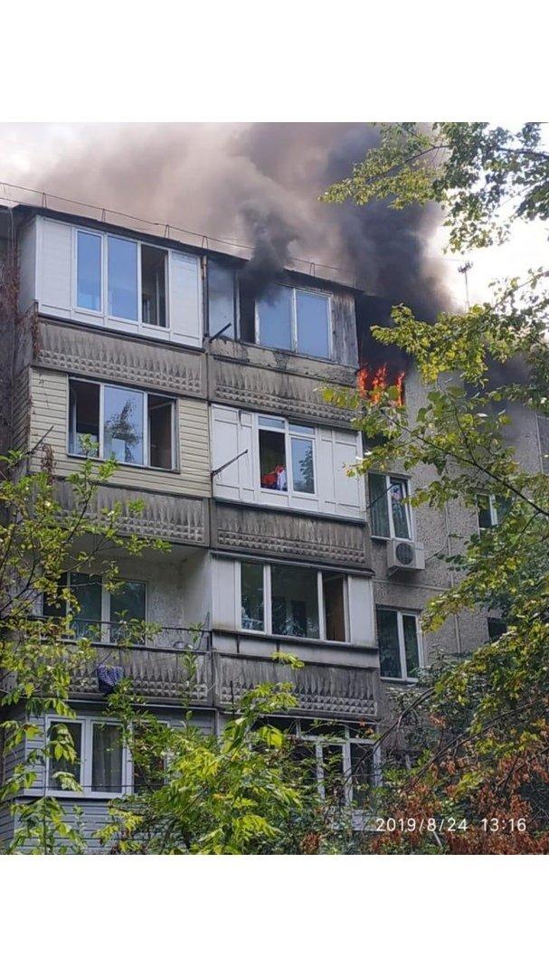В Жетысуском районе пожарные вынесли из горящей квартиры пожилого мужчину , фото-1