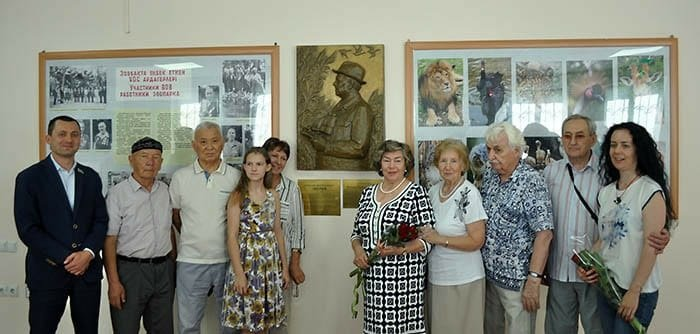 Барельеф в память о писателе Максиме Звереве установили в Алматинском зоопарке, фото-1
