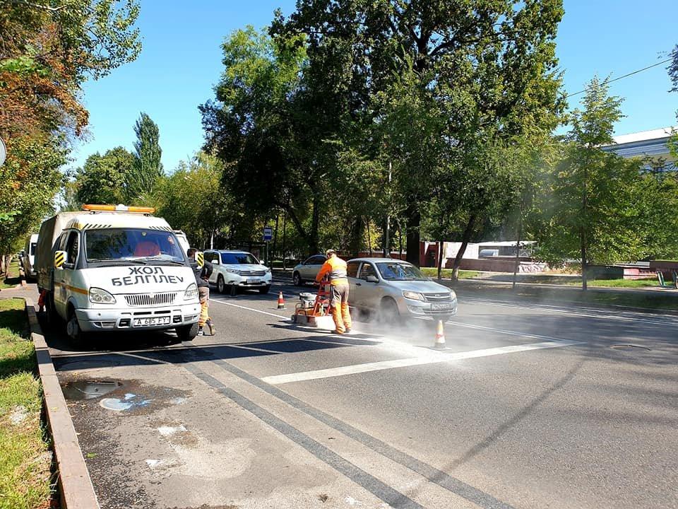 На улице Кунаева в Алматы наносят разметку для новых велодорожек, фото-1