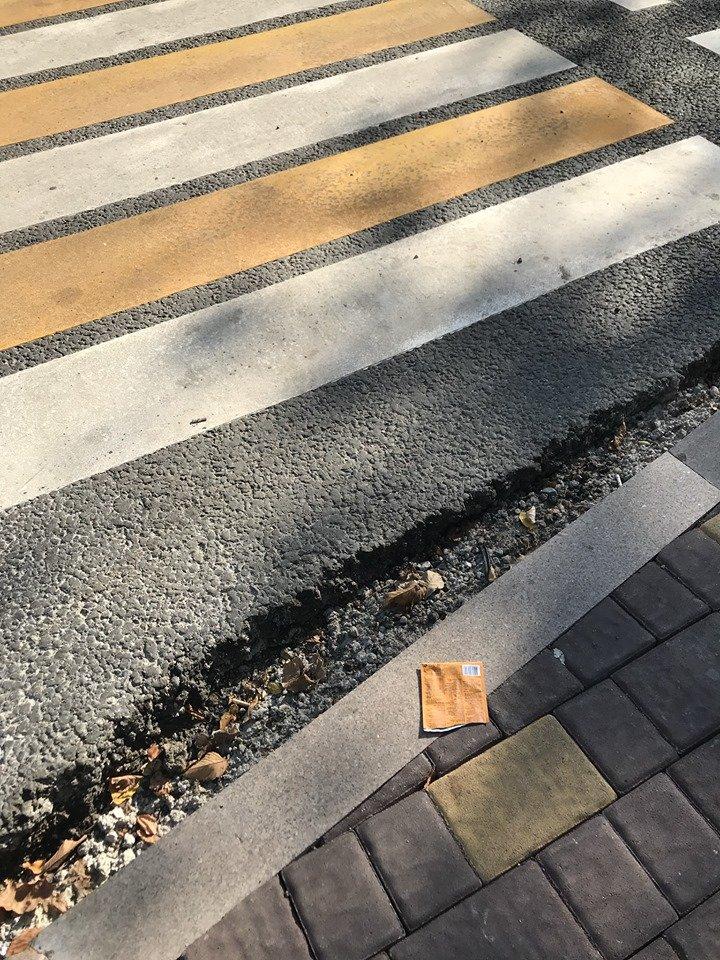 Алматинка упала, споткнувшись о яму у пешеходного перехода в центре города, фото-1