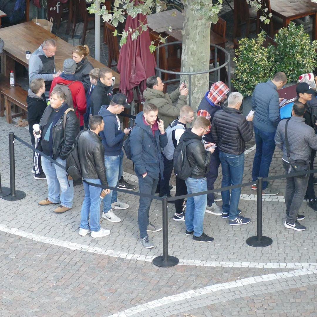 За новым iPhone по всему миру выстроились очереди (фото), фото-3