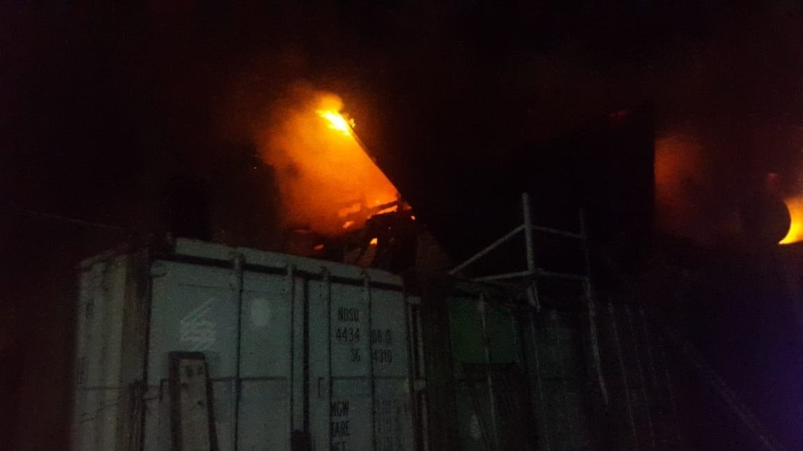 Более полутора часов в Алматы тушили пожар в частном доме в микрорайоне Шапагат, фото-1