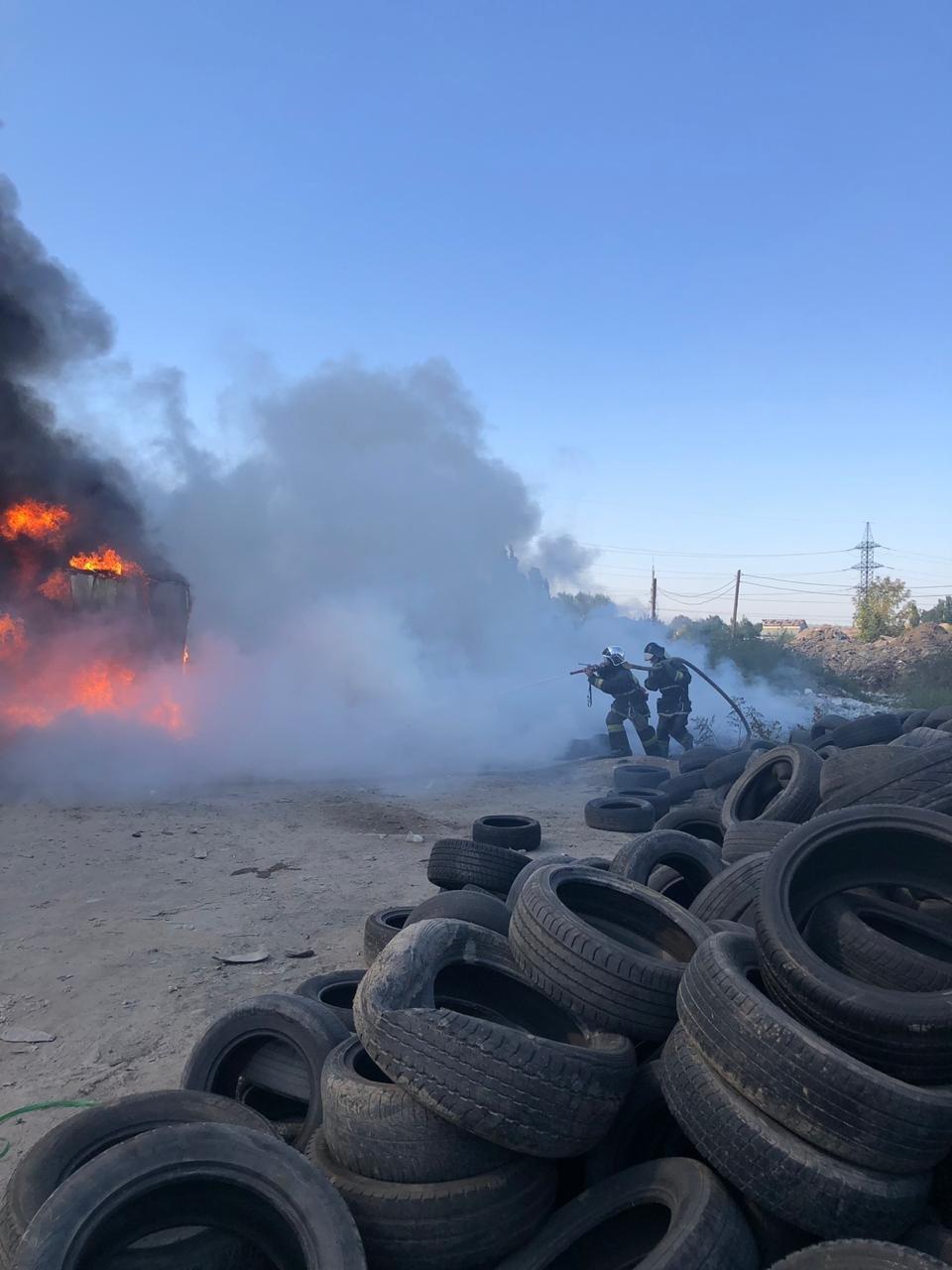 В Алматы горели автошины и вулканизация, фото-1