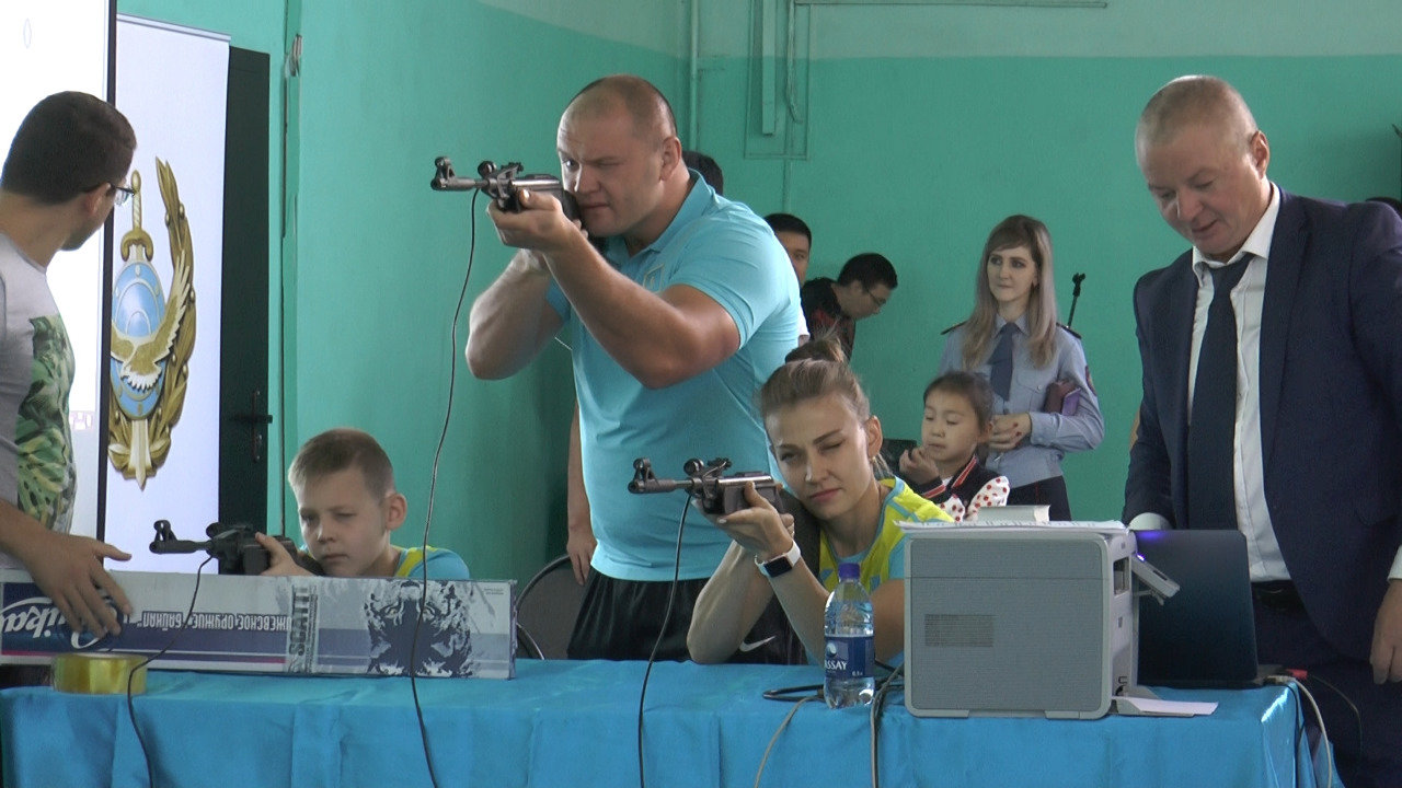 Детям алматинских полицейских дали пострелять (фото), фото-2
