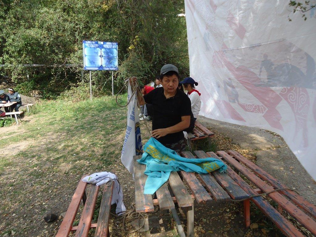 На верёвках через реку и гитара у костра: осенний слёт туристов прошел в Алматы (фото), фото-16