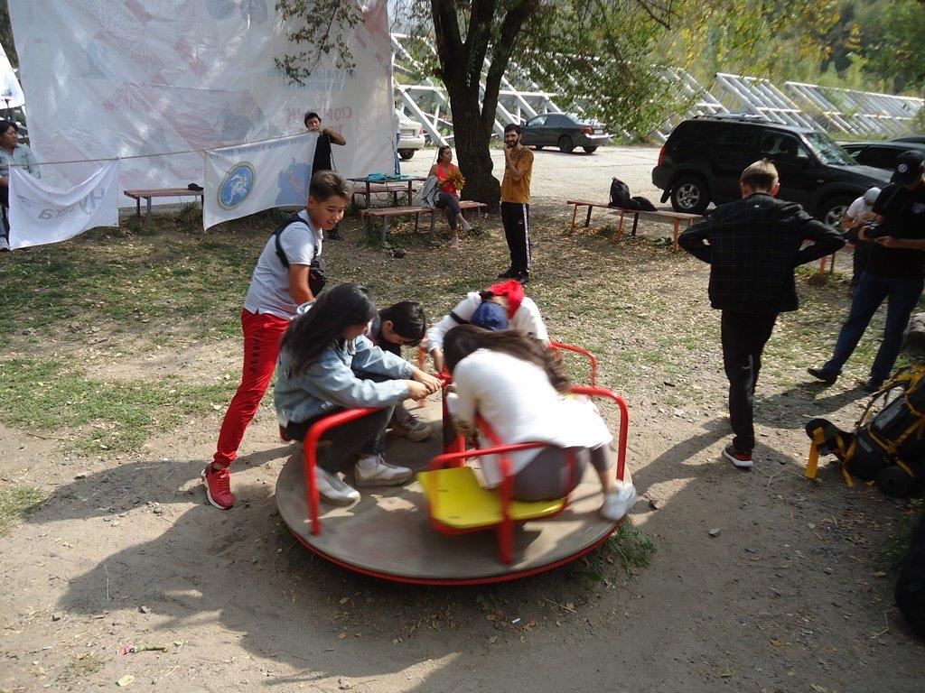 На верёвках через реку и гитара у костра: осенний слёт туристов прошел в Алматы (фото), фото-2