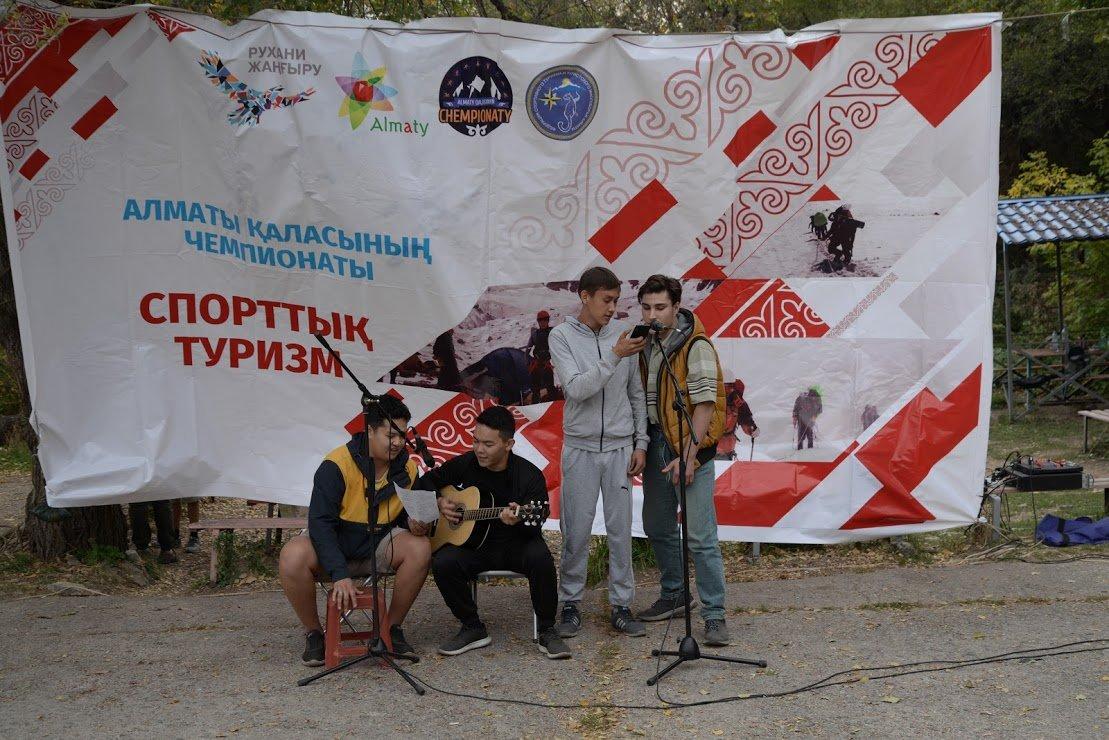 На верёвках через реку и гитара у костра: осенний слёт туристов прошел в Алматы (фото), фото-7