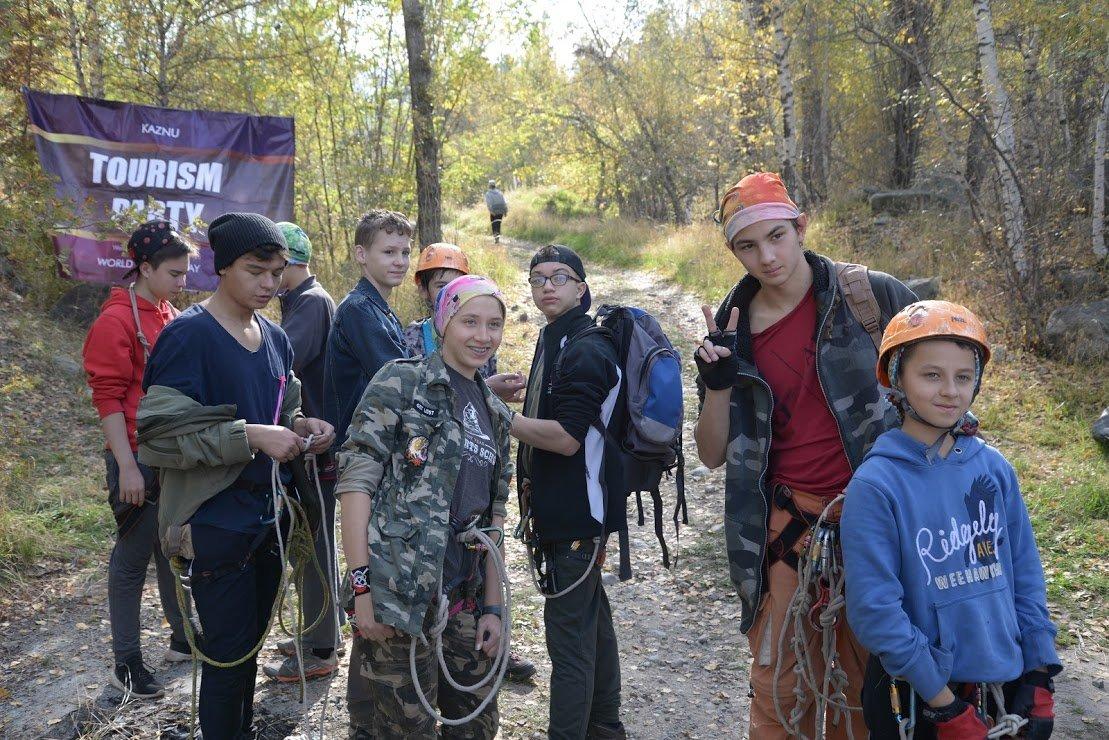 На верёвках через реку и гитара у костра: осенний слёт туристов прошел в Алматы (фото), фото-21