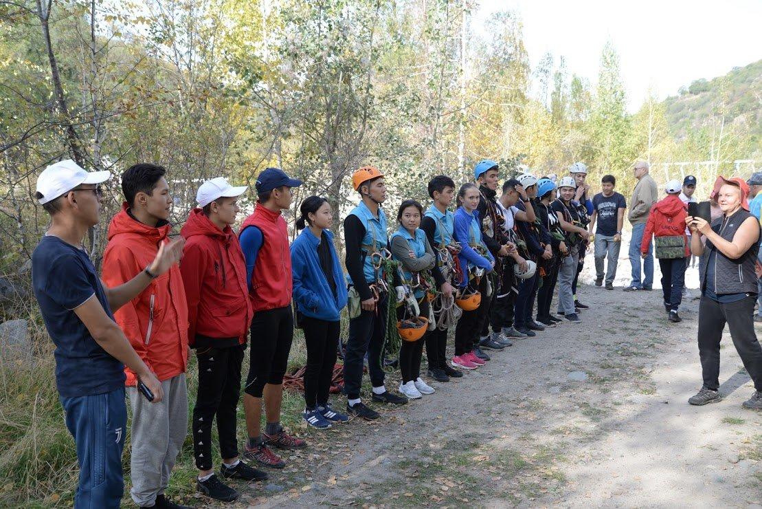 На верёвках через реку и гитара у костра: осенний слёт туристов прошел в Алматы (фото), фото-18