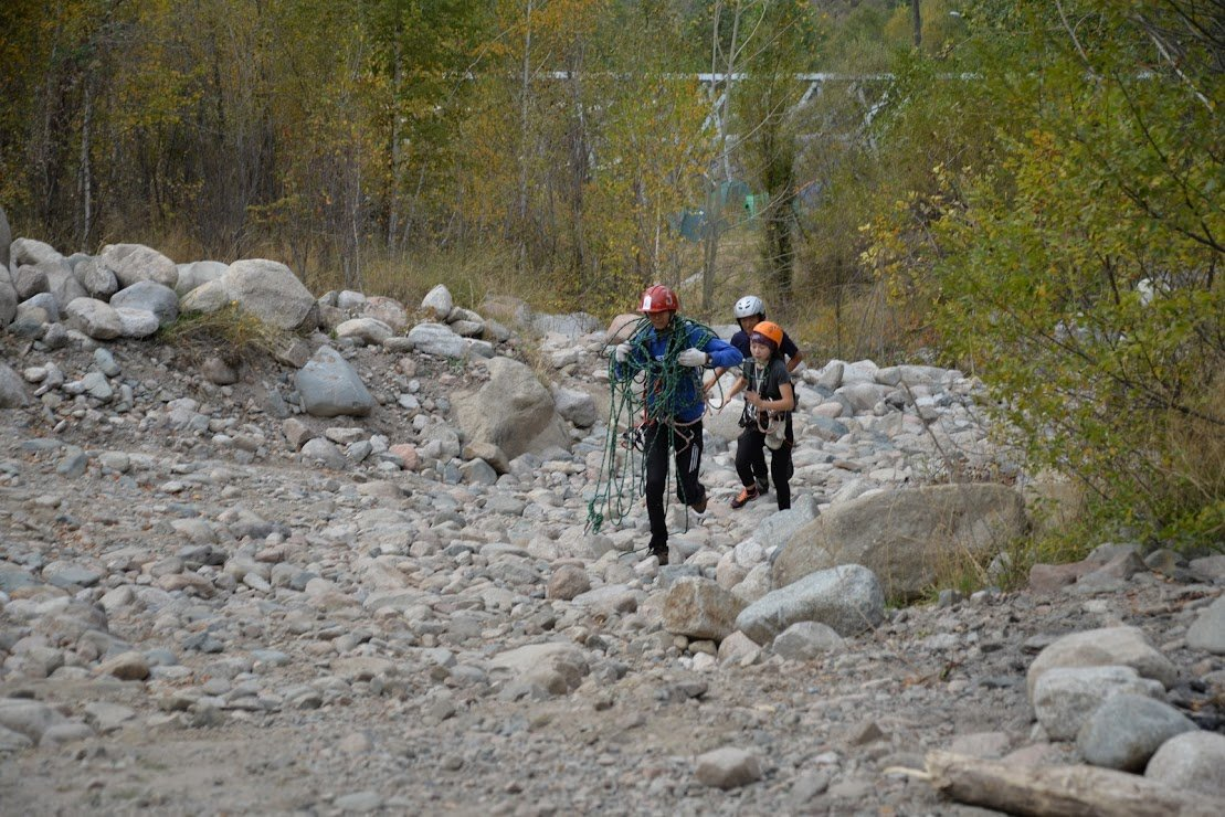 На верёвках через реку и гитара у костра: осенний слёт туристов прошел в Алматы (фото), фото-10