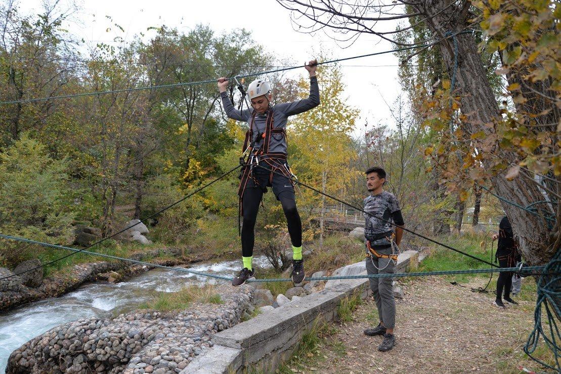 На верёвках через реку и гитара у костра: осенний слёт туристов прошел в Алматы (фото), фото-9