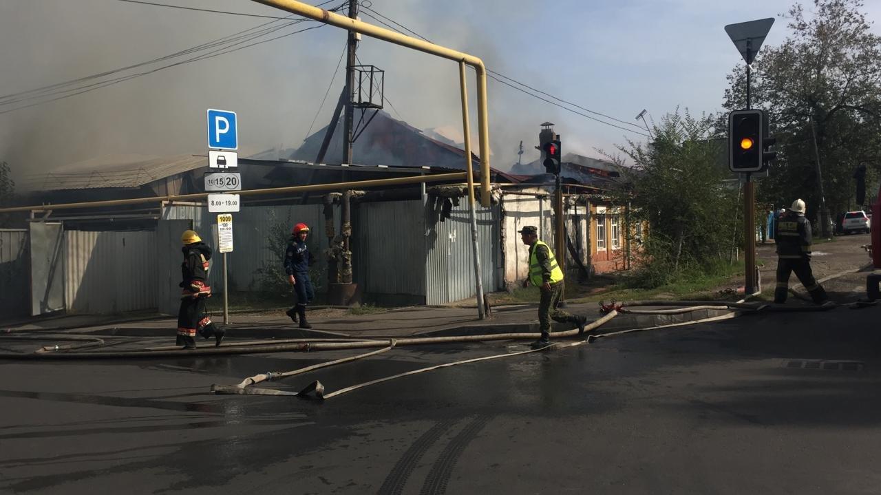 Два частных дома горели в Алмалинском раойоне Алматы, фото-3, Фото пресс-службы ДЧС Алматы