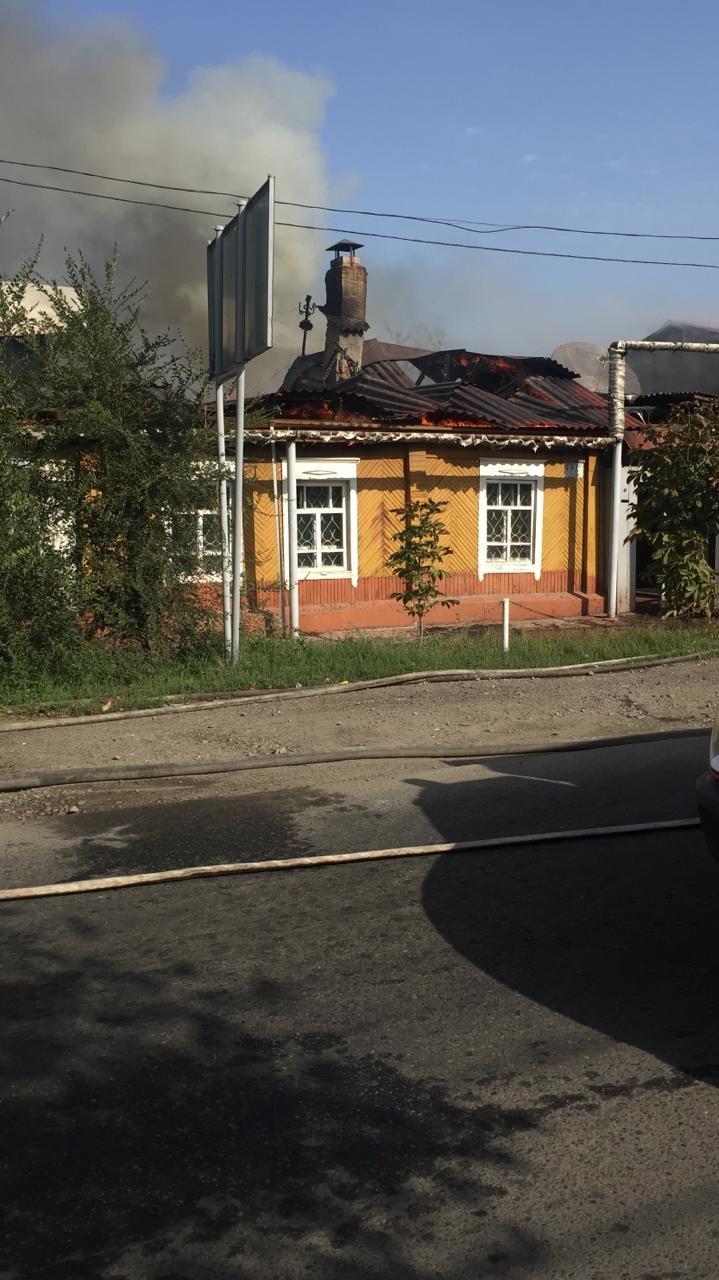 Два частных дома горели в Алмалинском раойоне Алматы, фото-2, Фото пресс-службы ДЧС Алматы