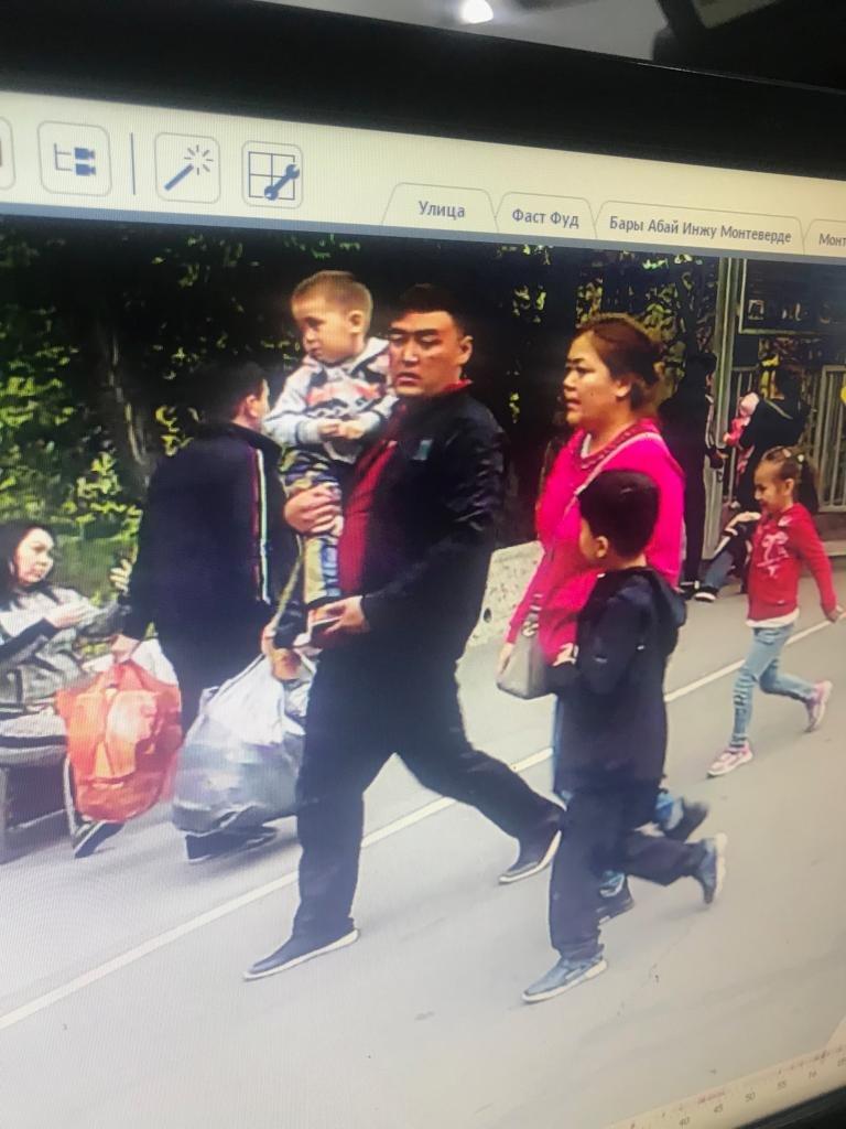 Не может улететь домой: алматинцы нашли барсетку туриста из Малайзии и не вернули, фото-1