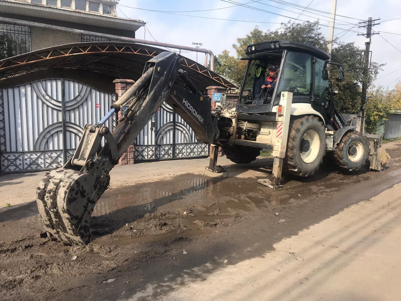 Из-за прорыва трубы в Жетысуском районе Алматы затапливало улицу, фото-2