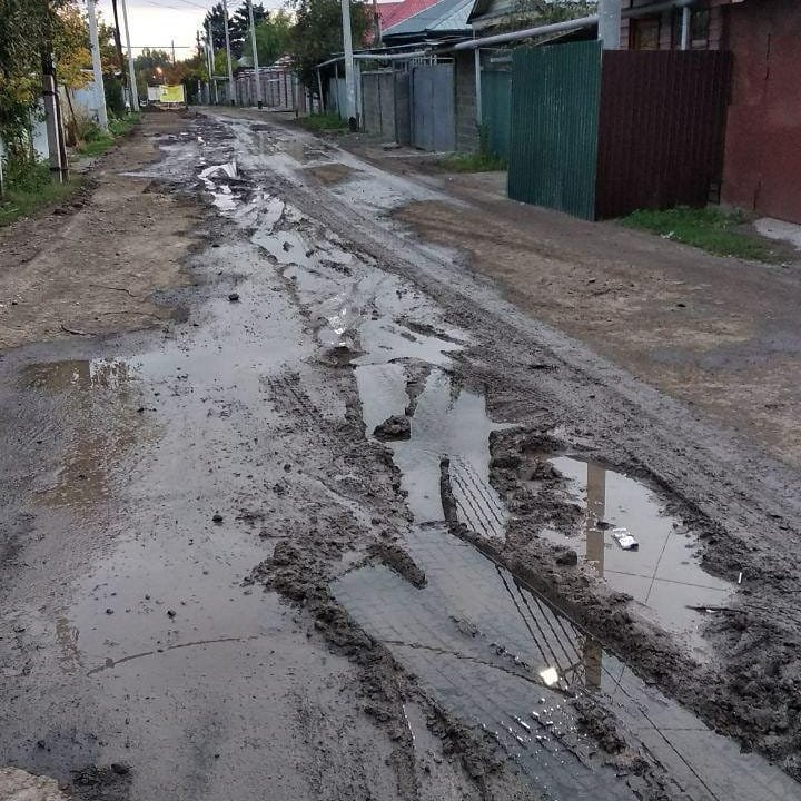 Из-за прорыва трубы в Жетысуском районе Алматы затапливало улицу, фото-1