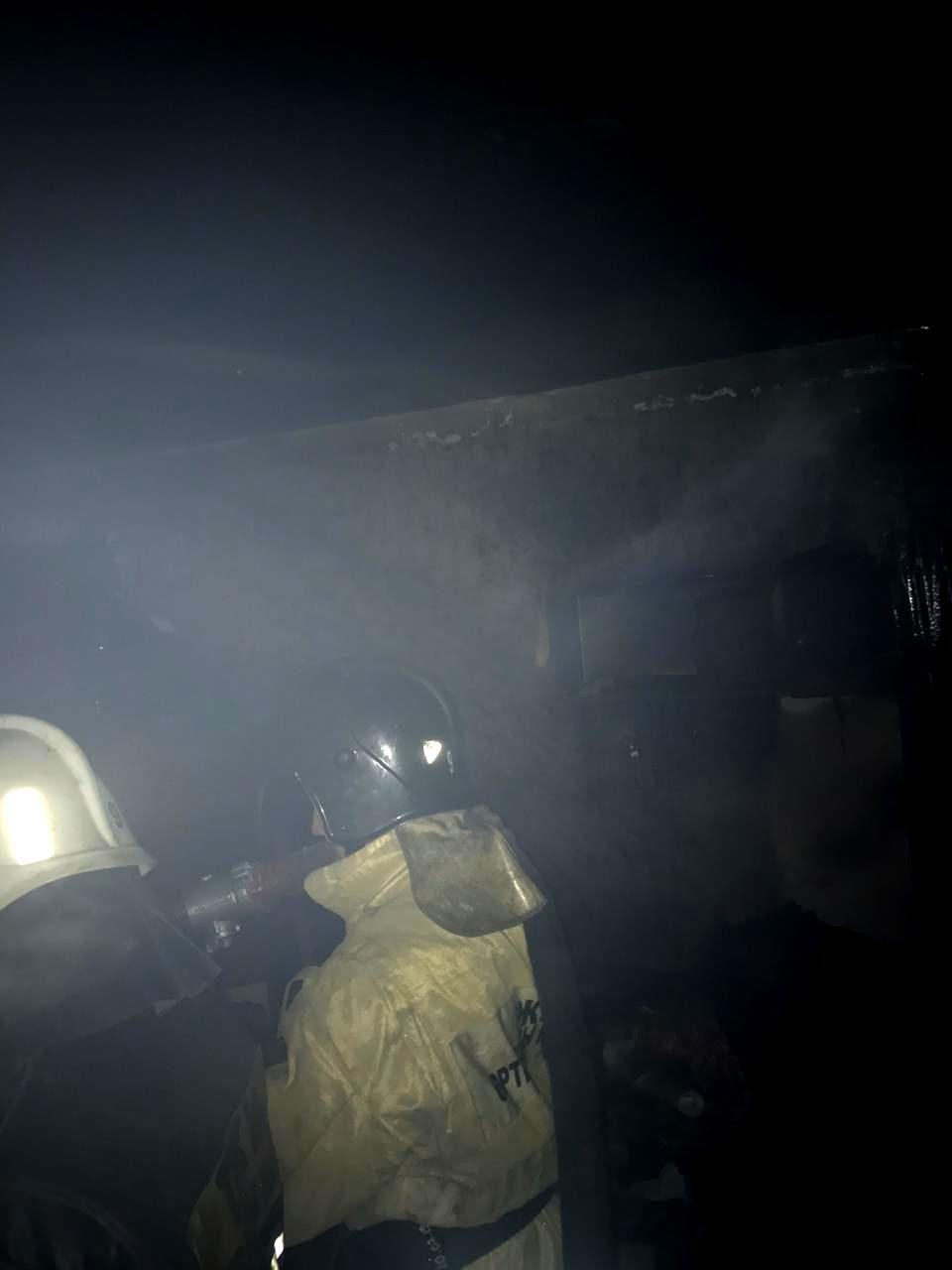 Шесть человек спасли при ночном пожаре в Алматы, фото-1, Фото пресс-служба ДЧС Алматы