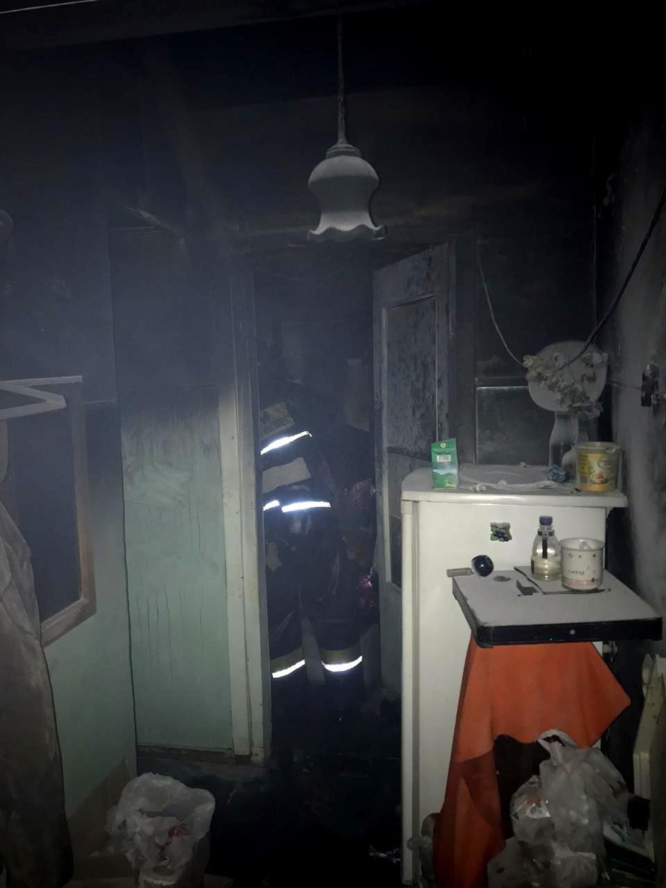 Шесть человек спасли при ночном пожаре в Алматы, фото-2, Фото пресс-служба ДЧС Алматы