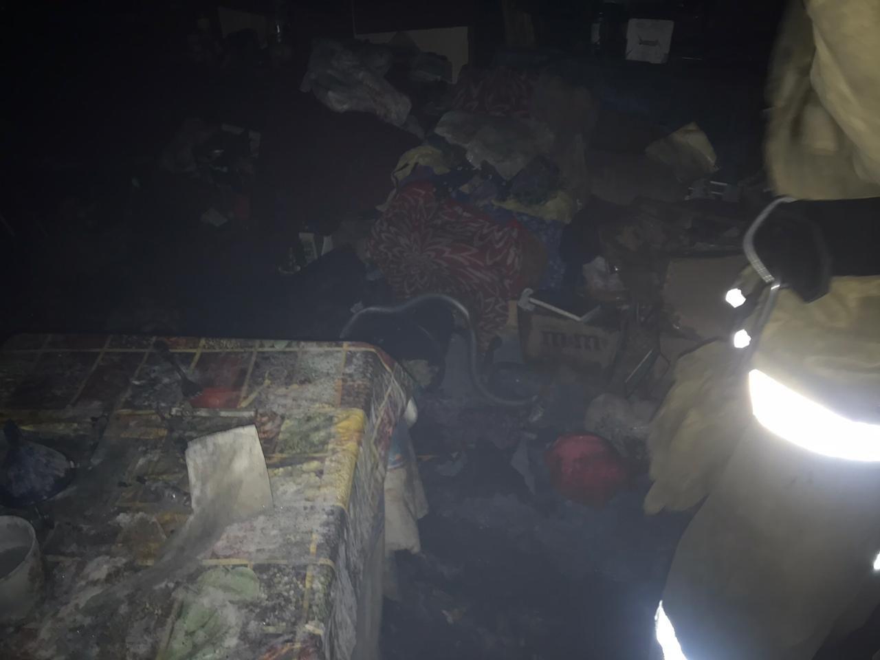Шесть человек спасли при ночном пожаре в Алматы, фото-3, Фото пресс-служба ДЧС Алматы