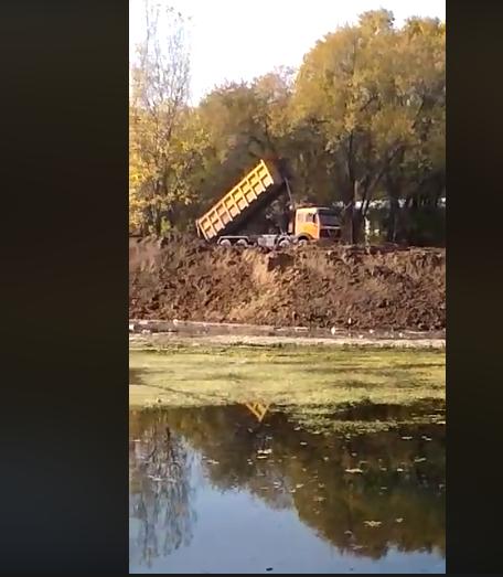 Алматинцы сообщили, что застройщики пытаются засыпать водоем, фото-3, Фото акимата Жетысуского района