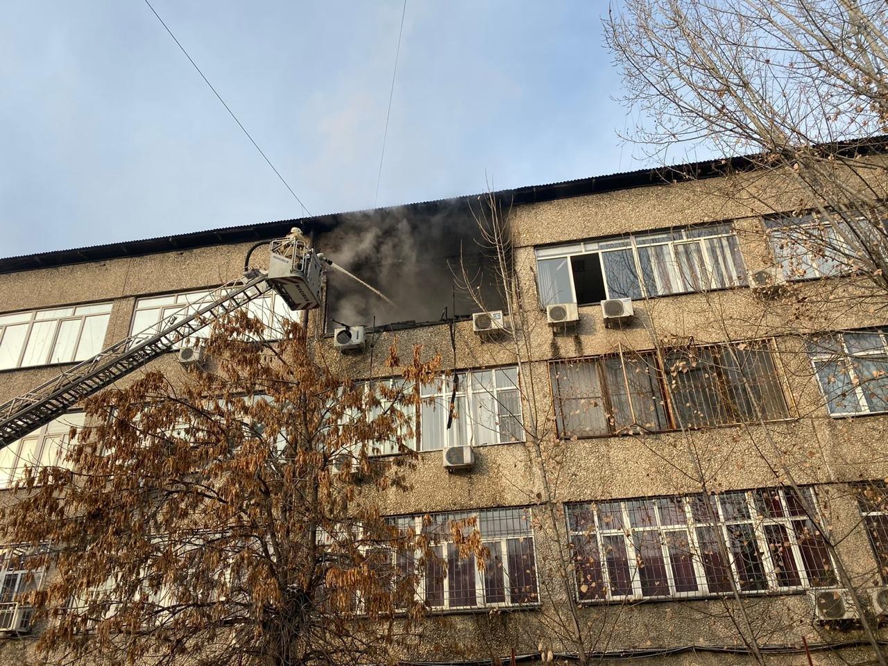 В Алматы загорелось офисное здание, фото-1