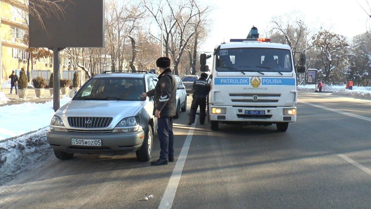 Полицейские штрафуют водителей за выезды на автобусную полосу на Толе би в Алматы, фото-2