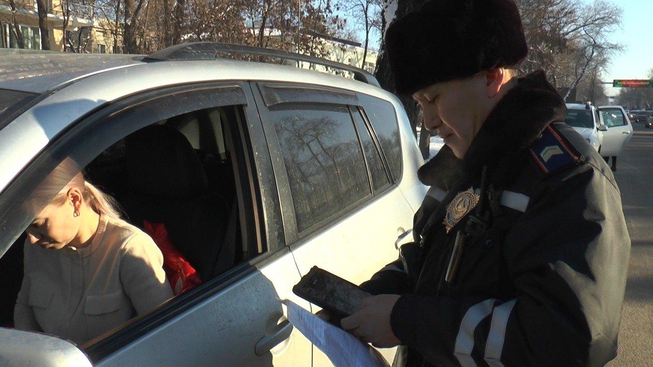 Полицейские штрафуют водителей за выезды на автобусную полосу на Толе би в Алматы, фото-3