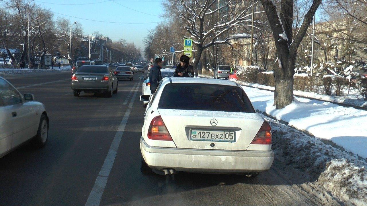 Полицейские штрафуют водителей за выезды на автобусную полосу на Толе би в Алматы, фото-5
