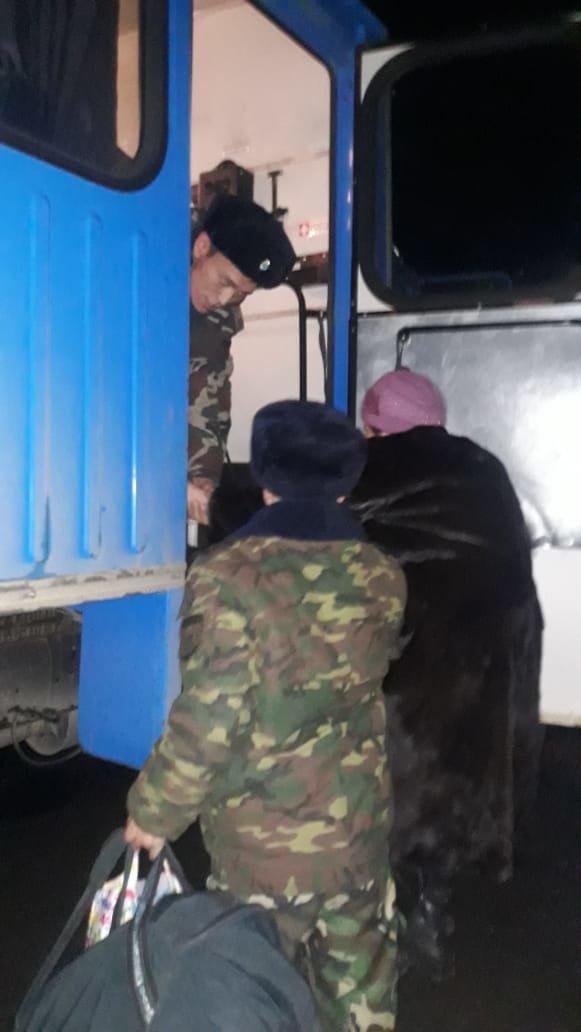 33 пассажира эвакуировали из сломавшегося автобуса на трассе Алматы - Оскемен (фото), фото-4