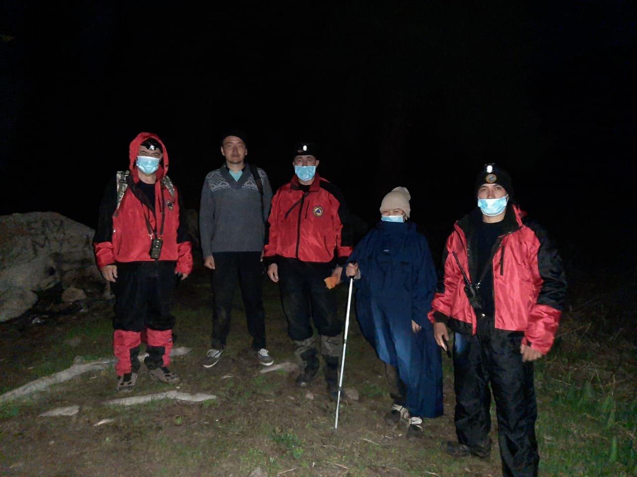 Спасатели помогли заблудившимся в горах Алматы, фото-2