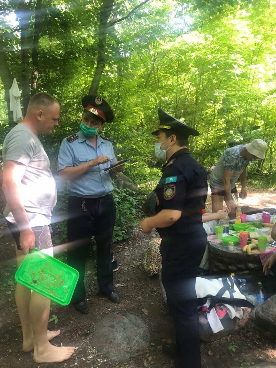 В Алматы троих мужчин наказали за разведение костра в природном парке, фото-3