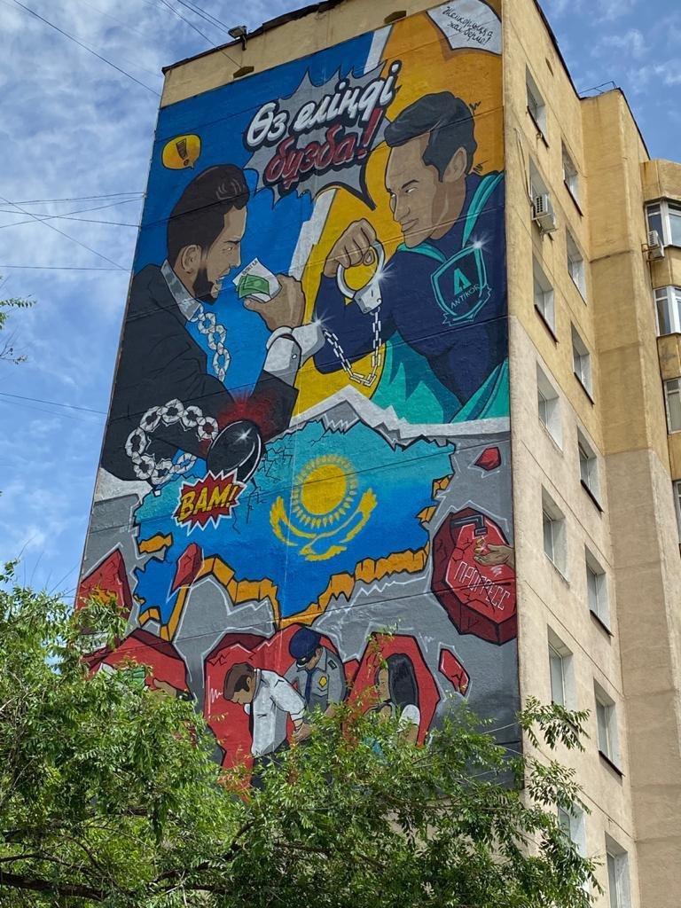 Мурал с антикоррупционным супергероем создали на проспекте Аль-Фараби в Алматы, фото-1