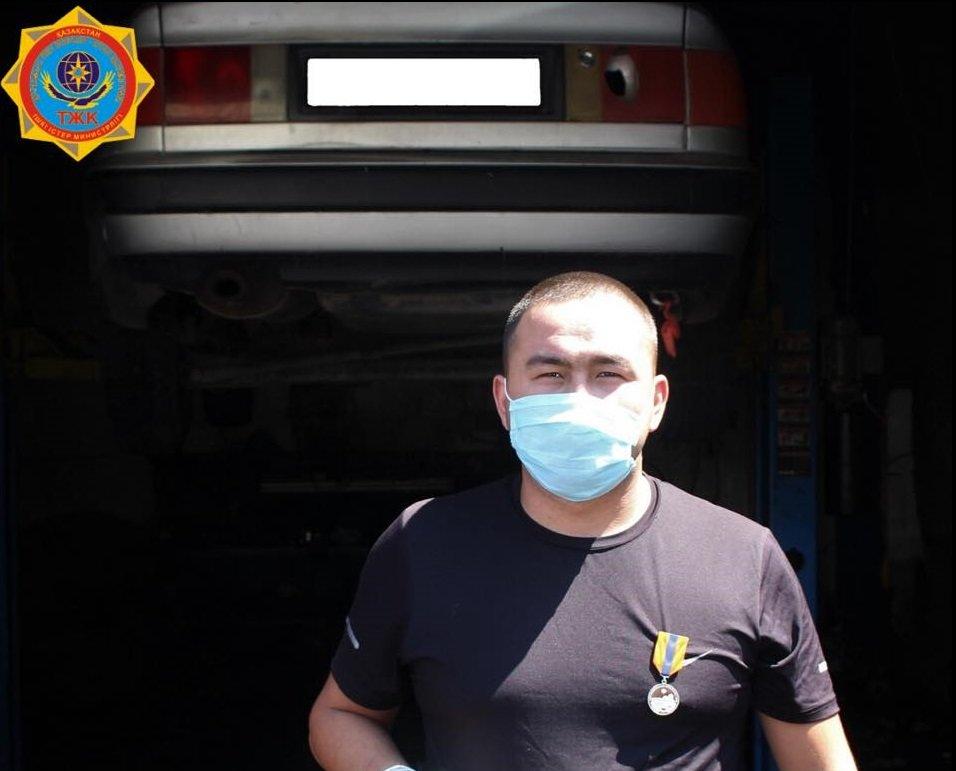 В Алматинской области наградили мужчину, спасшего тонущего водителя , фото-1