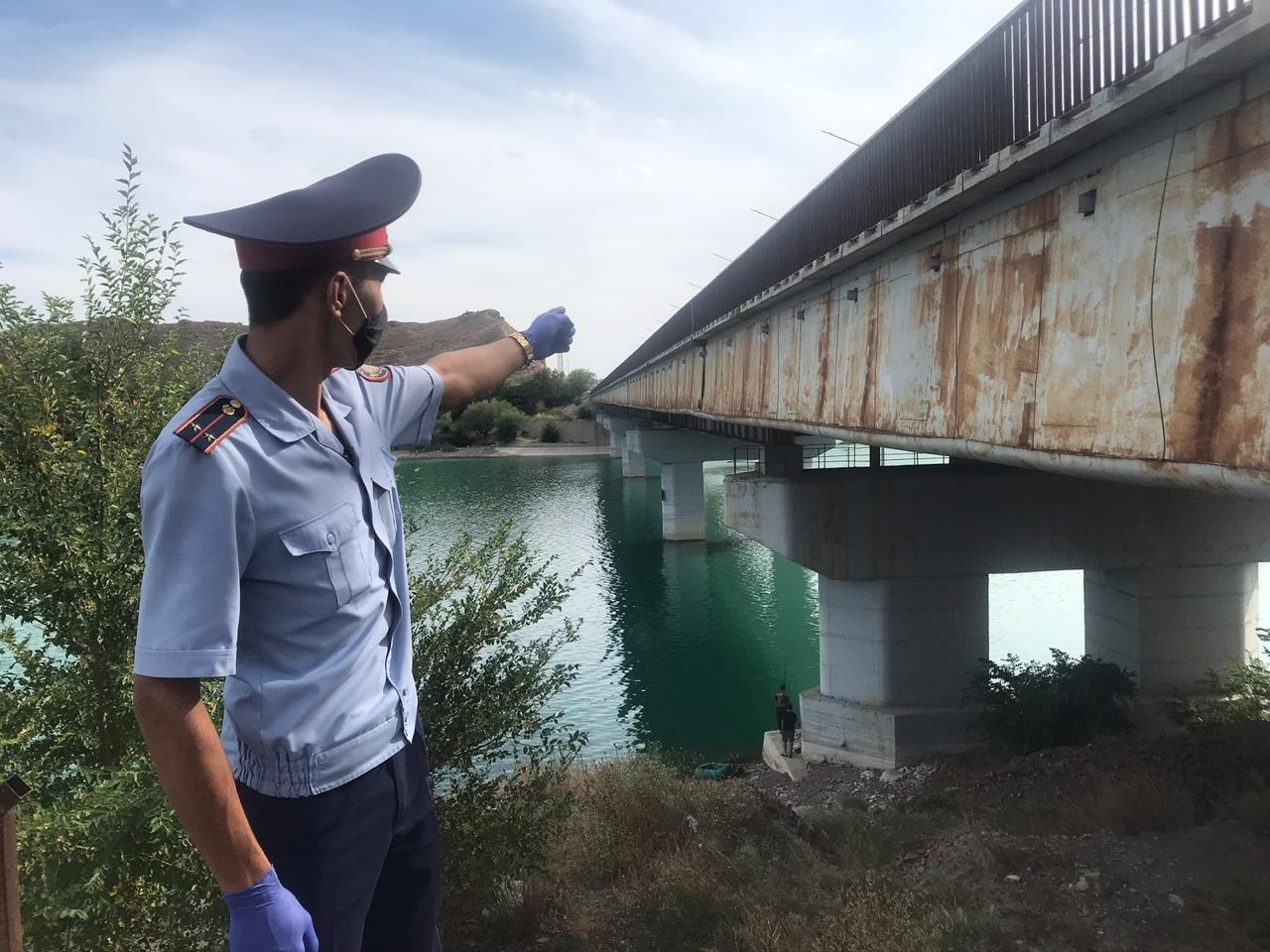 Полицейские спасли прыгнувшую с Капшагайского моста девушку, фото-1