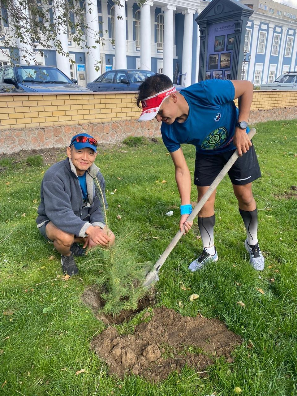 Трое казахстанцев участвуют в эко-забеге, высаживая деревья в каждом городе страны, фото-1