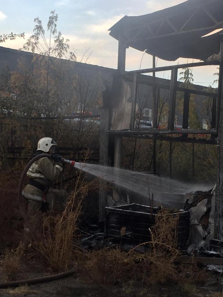 В районе Алматинского ипподрома горел склад, фото-2