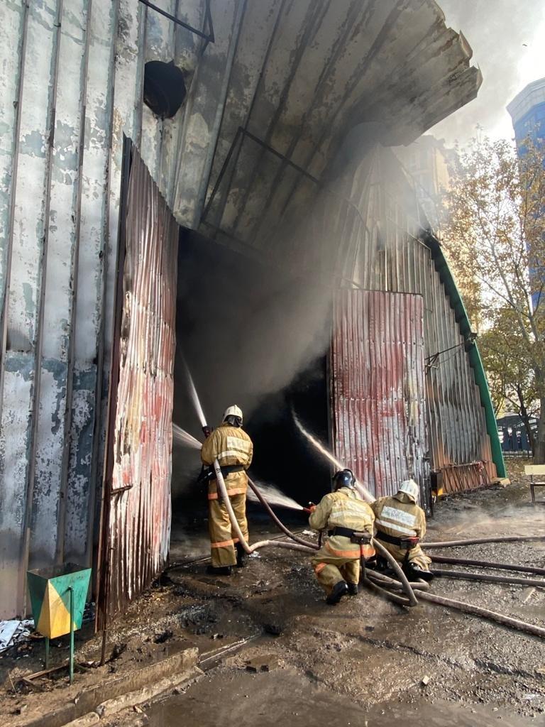 В Алматы тушат пожар на СТО в ангаре, фото-1