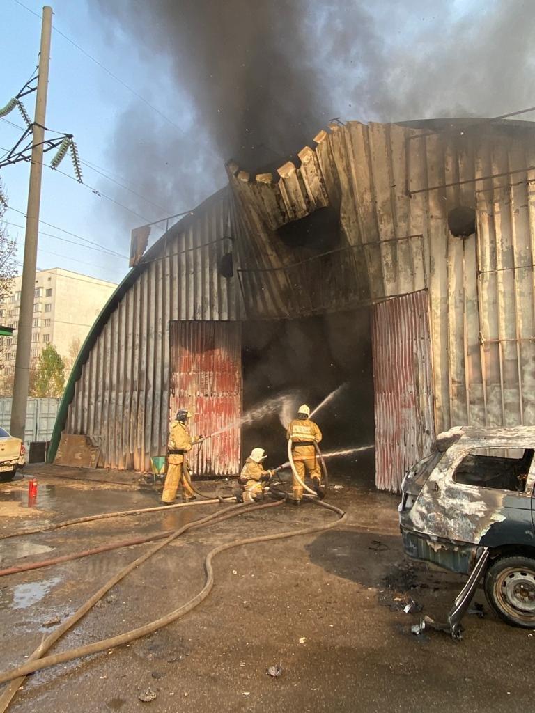 В Алматы тушат пожар на СТО в ангаре, фото-2